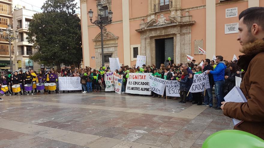 Concentración de educadores de educación especial e infantil en la Plaza de la Virgen