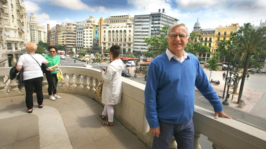 Joan Ribó, en el balcón del Ayuntamiento de Valencia, abierto al público.