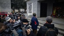 Un visitante a la tumba de Franco este 20N, fotografiado por la prensa.