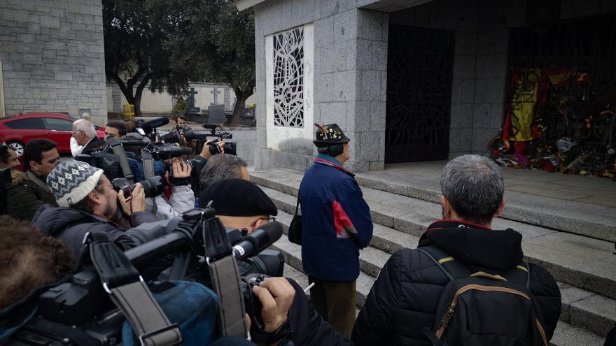 Otro visitante a la tumba de Franco este 20N, ante periodistas.