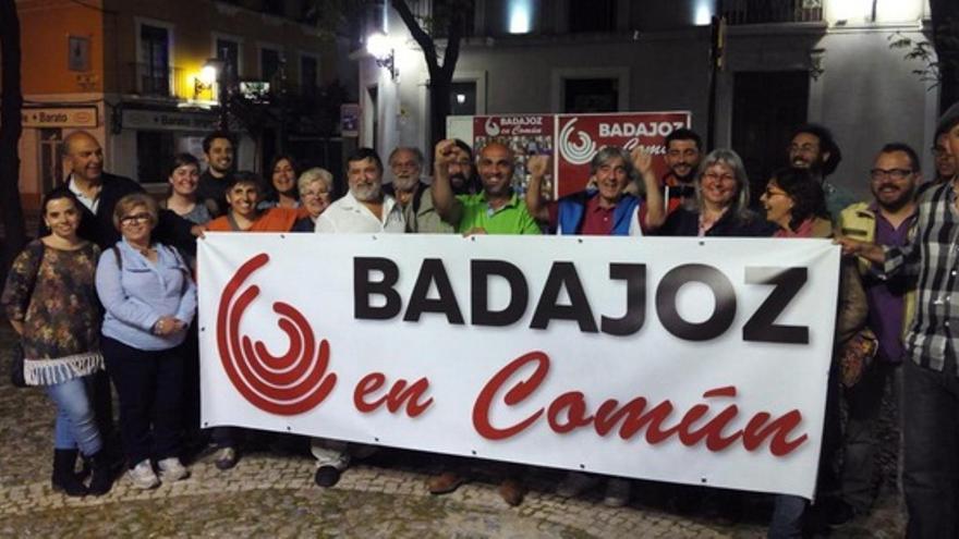 Badajoz en Común, durante la tradicional pegada de carteles