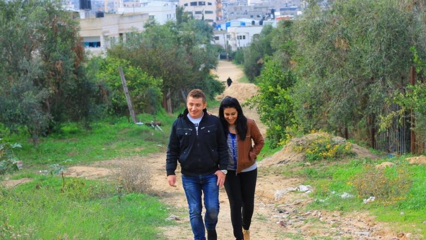 Maha y Warif caminan por el campo de la franja de Gaza.   Foto cedida por la pareja a eldiario.es