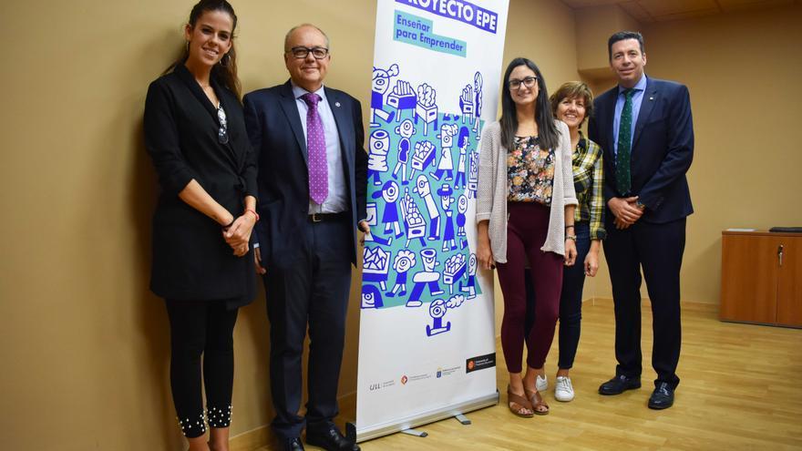 Foto con participantes en el acto de la firma del convenio de colaboración