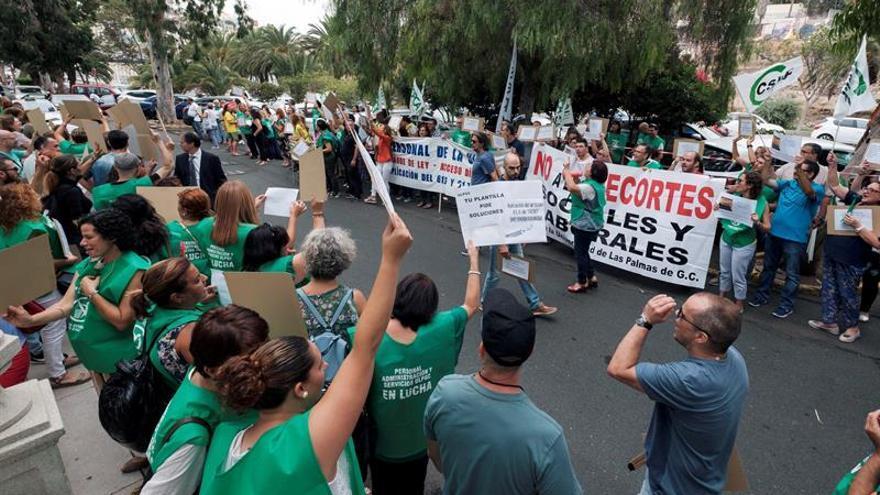 Más de un centenar de personas, pertenecientes al colectivo de empleados de administración y servicios de la Universidad de Las Palmas de Gran Canaria.