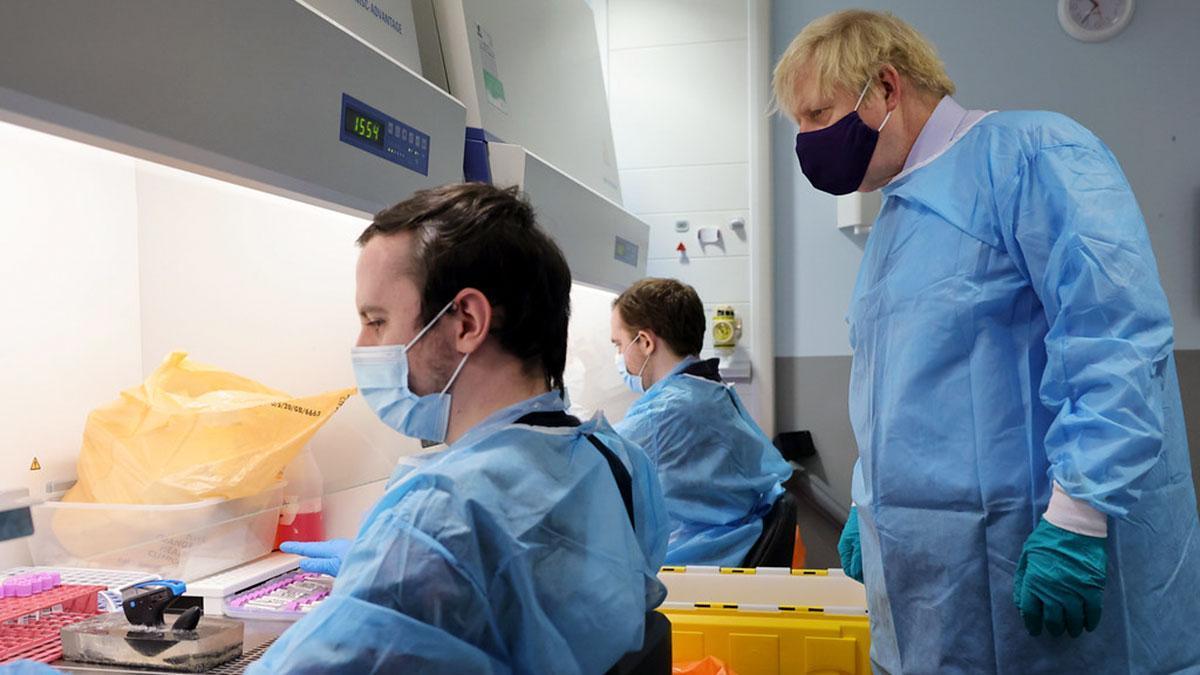 Boris Johnson en una visita a un laboratorio