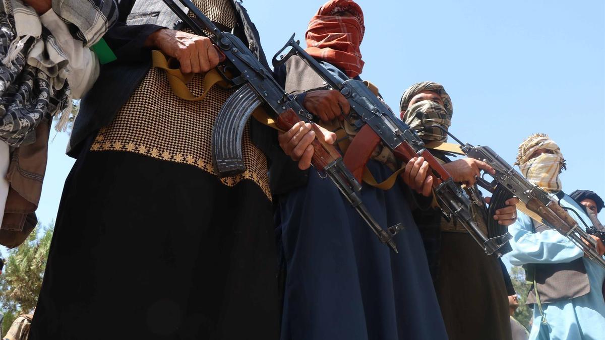 Civiles afganos muestran sus armas mientras juran luchar junto a las fuerzas de seguridad afganas para defender sus regiones, en el distrito de Enjil de Herat, Afganistán, el 27 de junio.