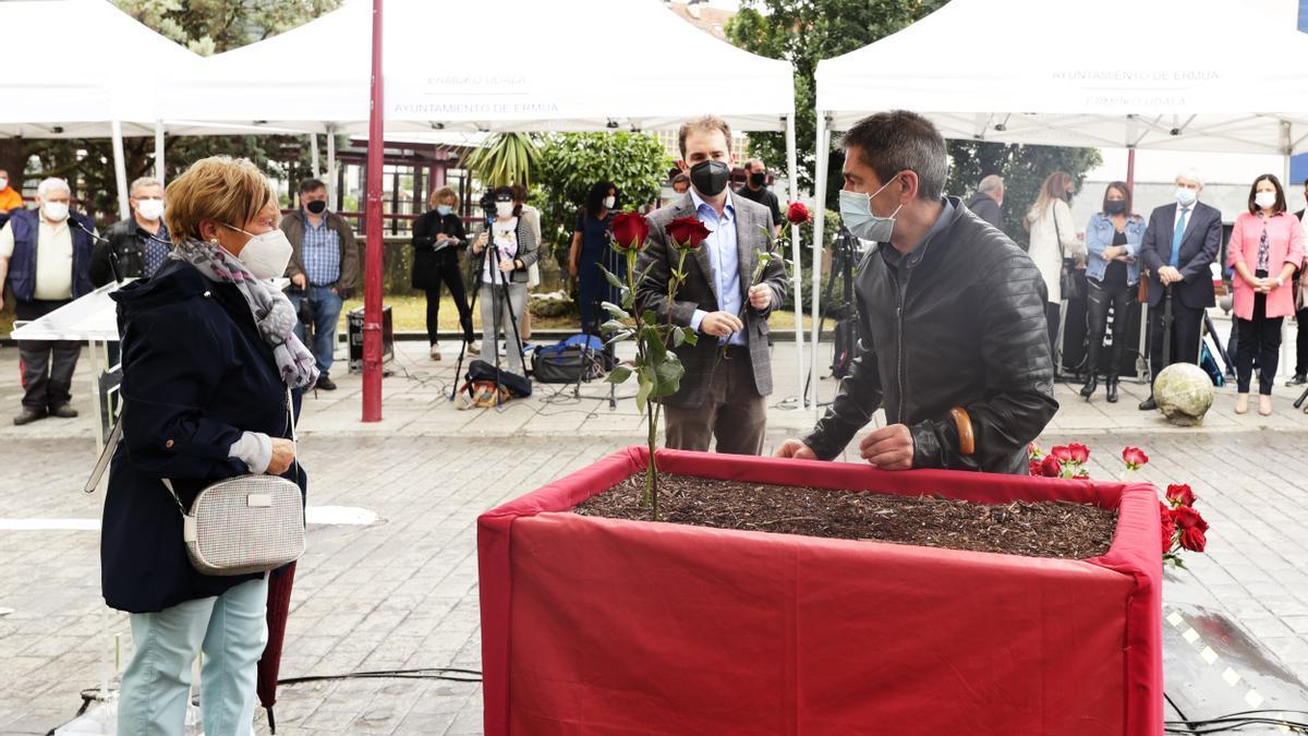 La familia deSotero Mazo planta una rosa durante el acto de homenaje a las víctimas en Ermua