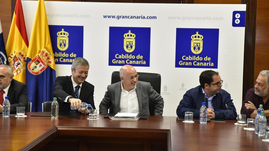 El presidente de la Confederación Canaria de Empresarios (CCE) de Las Palmas; el presidente del Cabildo de Gran Canaria Antonio Morales y los representantes de UGT y CCOO