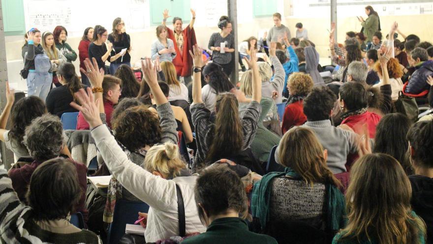 Las asistentes a la asamblea votan una de las propuestas