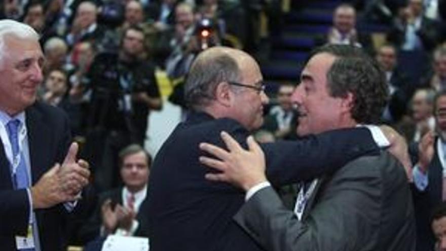 Gerardo Díaz Ferrán felicita a Joan Rosell, ante la presencia de Santiago Herrero. (EP)