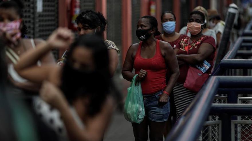 """Personas hacen fila para comprar lotería este martes, en el Mercadao de Madureira"""", principal comercio de Madureira, zona norte de la ciudad de Río de Janeiro (Brasil)."""