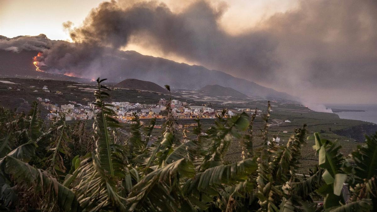 Columna de humo y lava del volcán de Cumbre Vieja a su llegada al Océano Atlántico, a 29 de septiembre de 2021, en La Palma, Santa Cruz de Tenerife, Islas Canarias, (España). La lava del volcán, que entró el 19 de septiembre en erupción, ha provocado un d - Kike Rincón - Europa Press