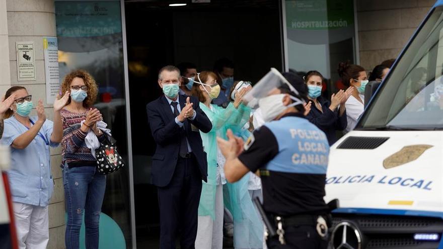 Pacientes y sanitarios del HUC reciben un sentido aplauso a las puertas del centro