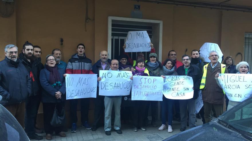 Vecinos y miembros de colectivos sociales este lunes con Miguel a las puertas del edificio de su vivienda