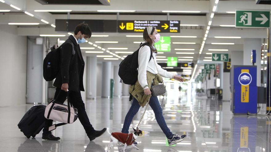 Viajeros internacionales a su llegada al aeropuerto de Palma de Mallorca, Islas Baleares