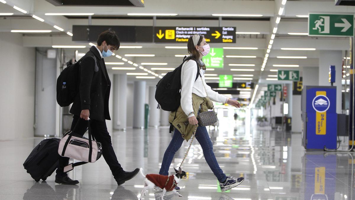Viajeros internacionales a su llegada al aeropuerto de Palma de Mallorca, Islas Baleares.