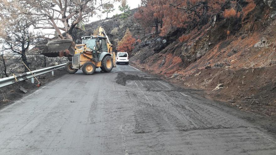 En la imagen, maquinaria del Cabildo limpiando una carretera.