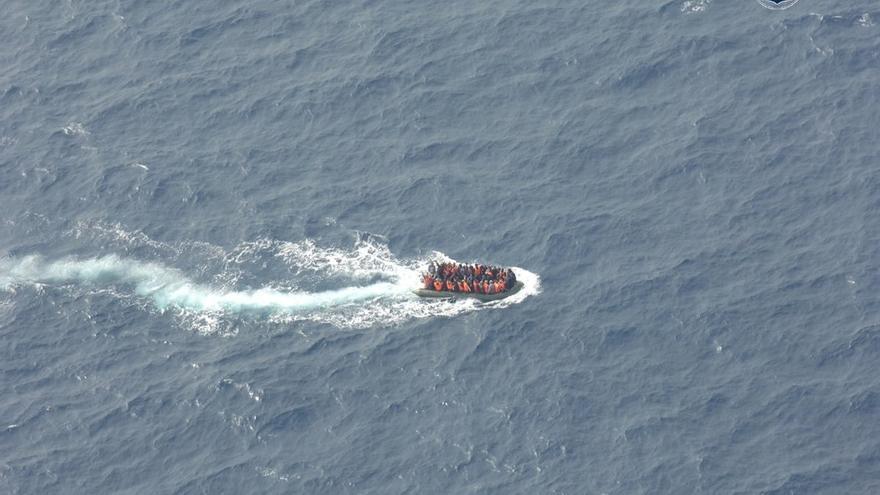 Rescatados 18 varones y dos mujeres de una patera localizada a 38 millas al sur de Adra