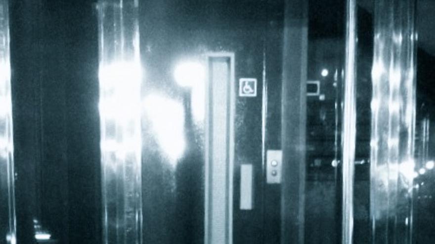 Casa no accesible: hay escalón y el ascensor no tiene puerta automática. Sin embargo, ponen el logo universal del retrón