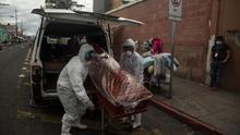 Trabajadores de una funeraria transportan este jueves el féretro de una mujer de 75 años fallecida por coronavirus, desde el Hospital General San Juan de Dios hacia el cementerio, en Ciudad de Guatemala (Guatemala).