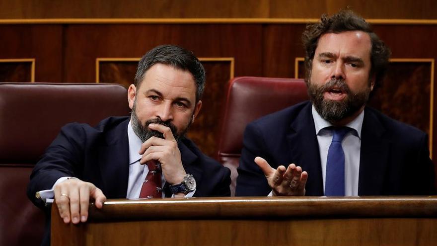 El líder del Vox, Santiago Abascal (i), e Iván Espinosa de los Monteros. este martes en el Congreso donde se celebra la segunda y definitiva votación para investir presidente del Gobierno al candidato socialista, Pedro Sánchez.