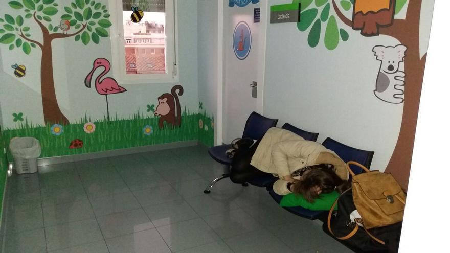 Susana descansando en unos bancos de la clínica privada en la que dió a luz
