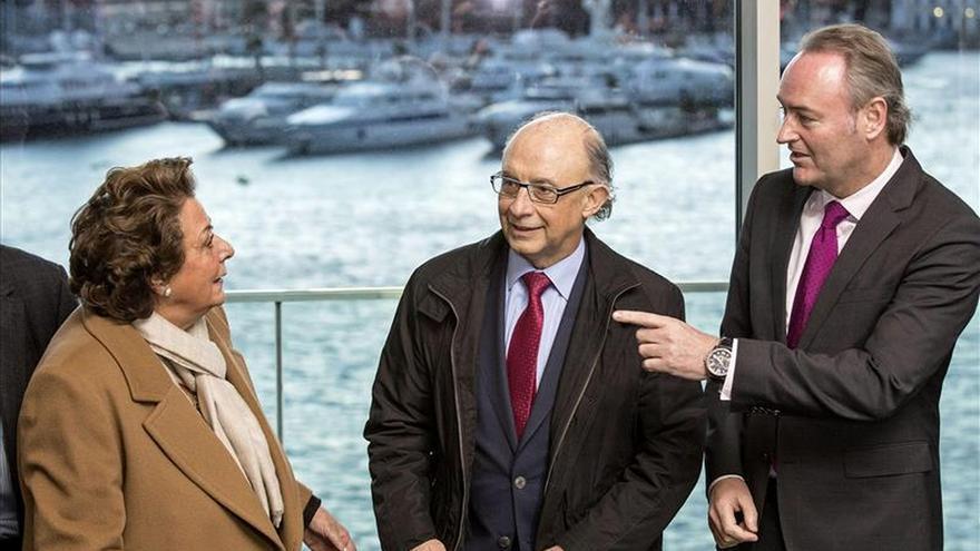 El ministro Cristóbal Montoro junto a la alcaldesa Rita Barberá y el president Fabra