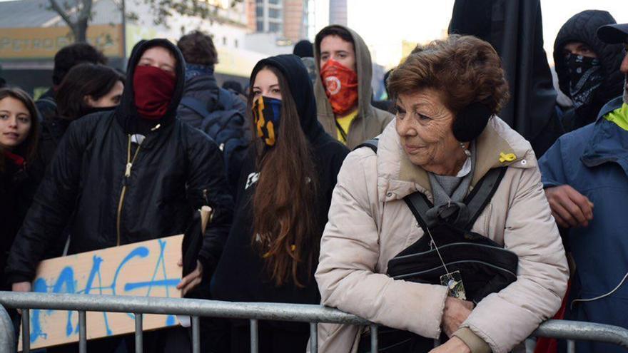 Una mujer, en las vallas junto a los CDR en Barcelona