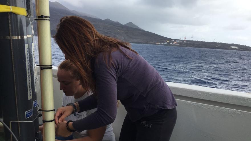 En la imagen, toma de muestras este lunes en aguas de Fuencaliente. Foto: LA PALMA AHORA.