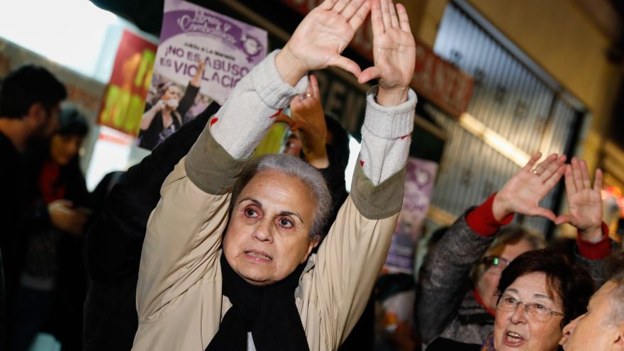 Una mujer, en la concentración en apoyo a la víctima de 'la manada' frente al Ministerio de Justicia.