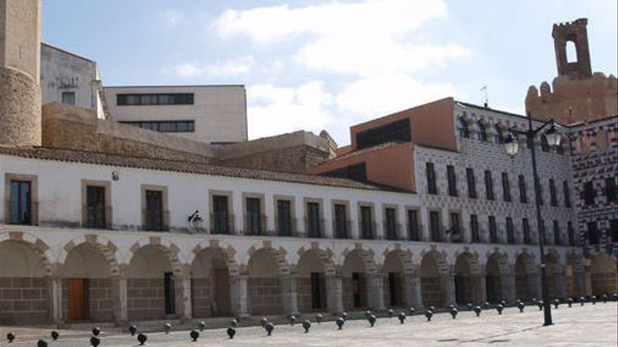 Plaza Alta de Badajoz con el 'Cubo' de Biblioteconomía que el Tribunal Superior de Extremadura ha ordenado derribar