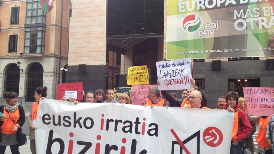"""Trabajadores de Radio Euskadi protestan frente a Sabin Etxea por la """"destruccion de empleo"""" público."""