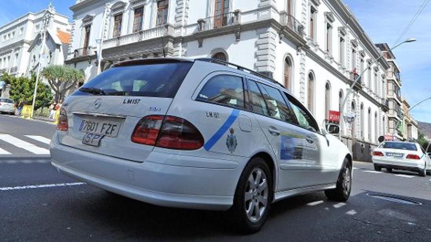 Un taxi santacrucero frente al Ayuntamiento de la ciudad