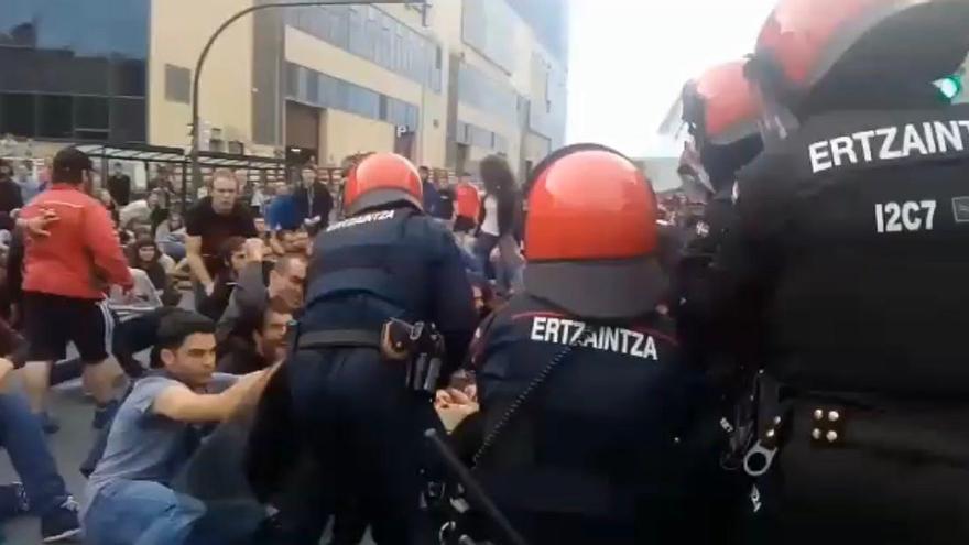 Altercado entre la Ertzaintza y manifestantes en apoyo a la huelga general de Cataluña en San Mamés, Bilbao