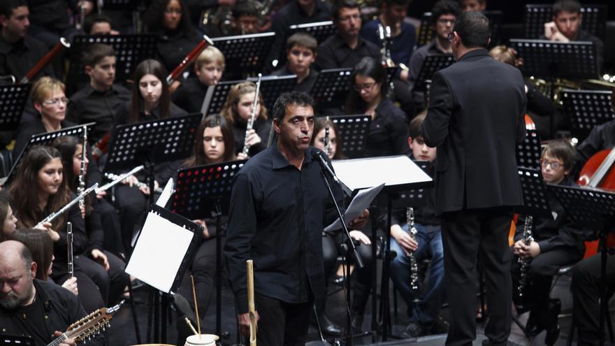 Pep Gimeno Botifarra con la banda la Vella de Xàtiva.