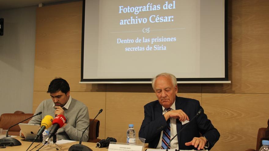 Stephen Rapp, a la derecha; e Ignacio Jovtis, investigador de Amnistía Internacional, durante el acto sobre la búsqueda de justicia fuera de Siria / Amnistía Internacional