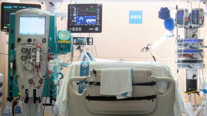 Los ingresos en hospitales y en las UCI siguen su lento descenso en Cataluña