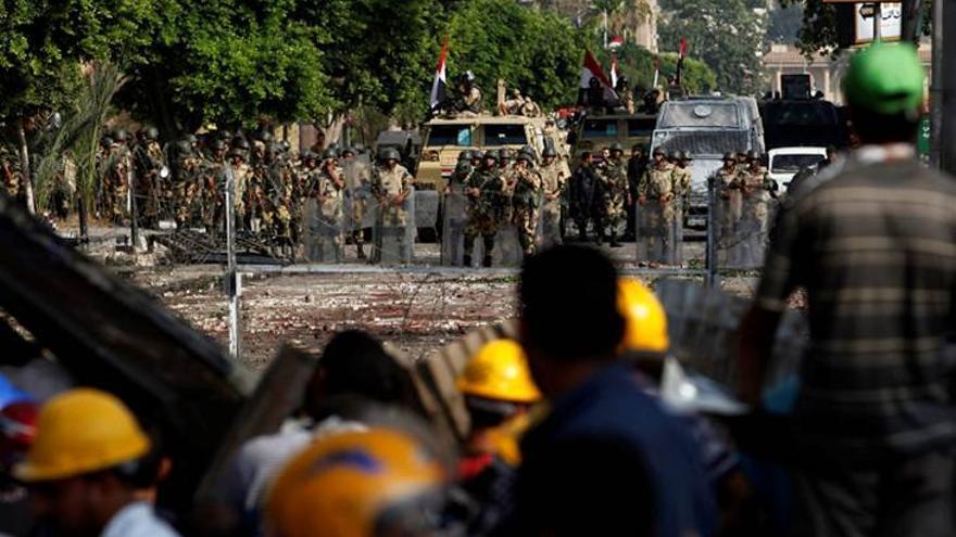 El Ejército egipcio frente a una protesta pro Morsi. Han muerto 51 manifestantes pro Morsi, y más de 300 han resultado heridos (Efe)