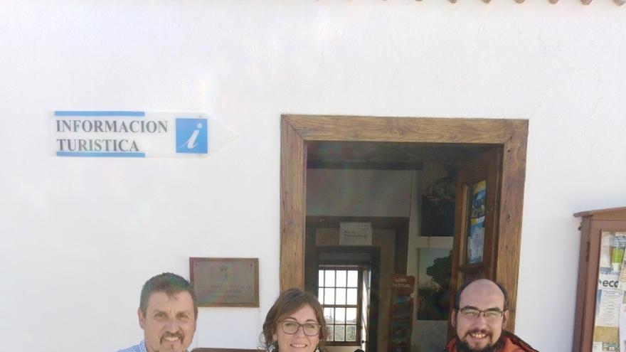 De izquierda a derecha: Martín Taño, concejal de Turismo de La Villa de Garafía; Paula Barreto, Técnico del CIT Tedote; y Yeray Rodríguez, alcalde de la Villa de Garafía.