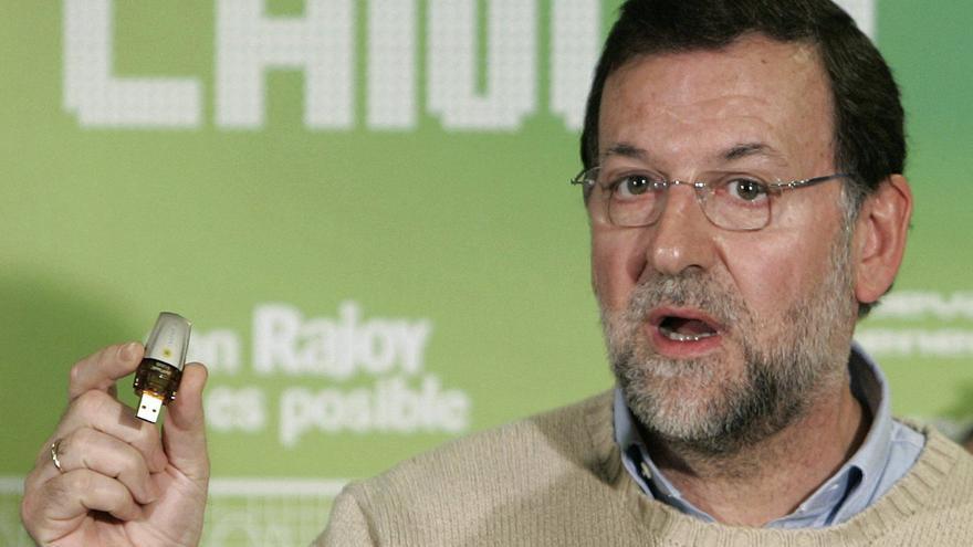 Mariano Rajoy, muestra una memoria electrónica tras firmar un manifiesto contra el Canon Digital  en 2007, durante un acto con Nuevas Generaciones en un cibercafé de Santiago de Compostela. EFE/Lavandeira