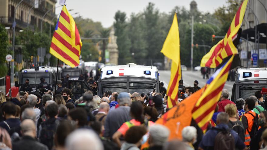 Participantes sostienen banderas independentistas en la manifestación donde han formado una cadena humana como signo de protesta por la visita del Rey a Barcelona, Catalunya, (España), a 9 de octubre de 2020.