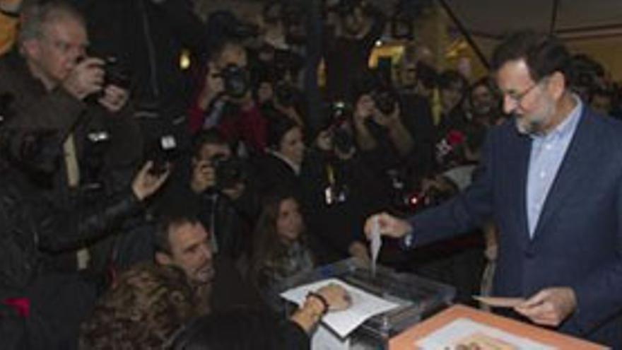 Mariano Rajoy acudió con algo de retraso a su cita con el voto. (EUROPA PRESS)