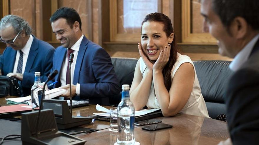 La vicepresidenta del Ejecutivo regional, Patricia Hernández (c), escucha al presidente Fernando Clavijo, al comienzo de la reunión del Consejo de Gobierno, celebrada hoy en Las Palmas de Gran Canaria. EFE/Ángel Medina G.