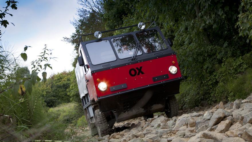 Ligero y con generosa altura libre, masas centradas y cortos voladizos, el OX iguala y supera en algunos casos a todo terrenos clásicos con tracción total.