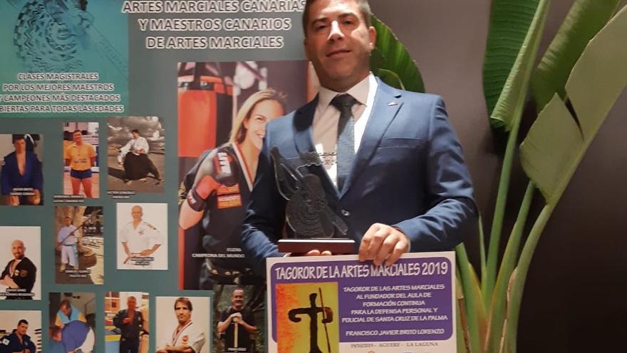 Francisco Javier Brito muestra el reconocimiento.