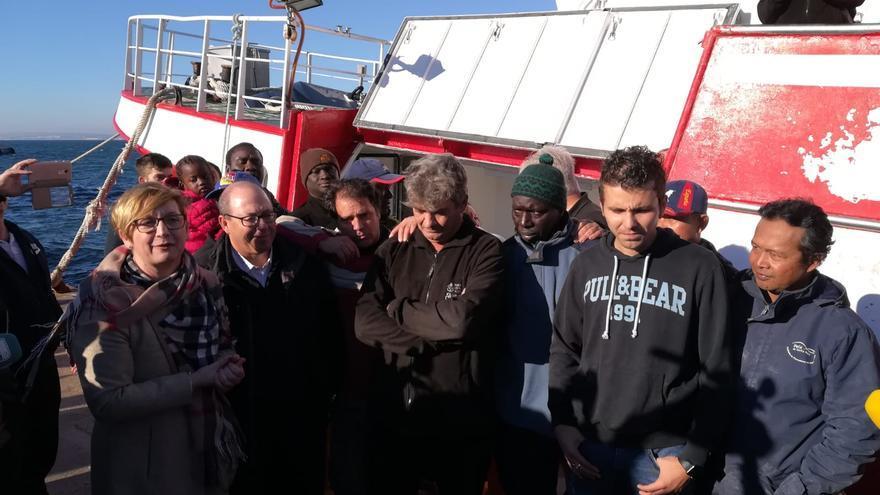 La tripulación del pesquero con la alcaldesa tras su llegada a Santa Pola.