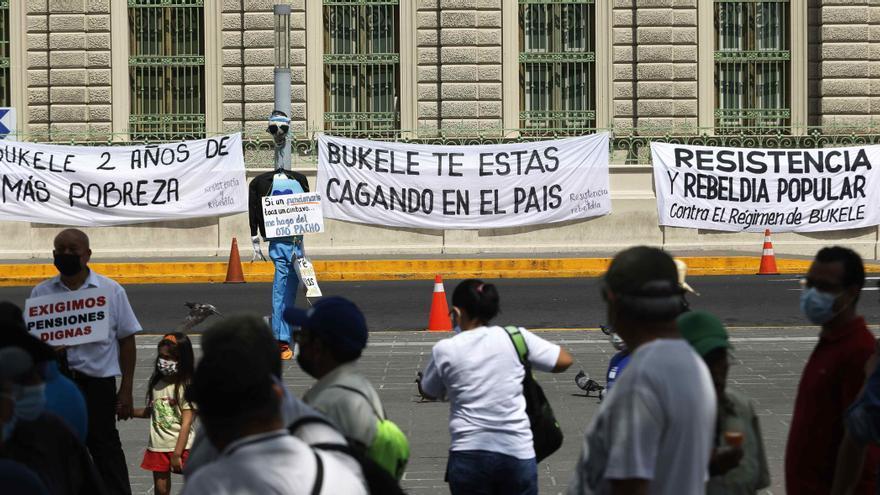 Un grupo de salvadoreños protesta por dos años de Gobierno de Bukele