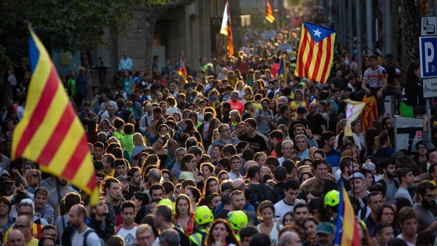 Archivo - Una multitud de personas se concentra y ondea esteladas en la manifestación de los CDR en 2019.