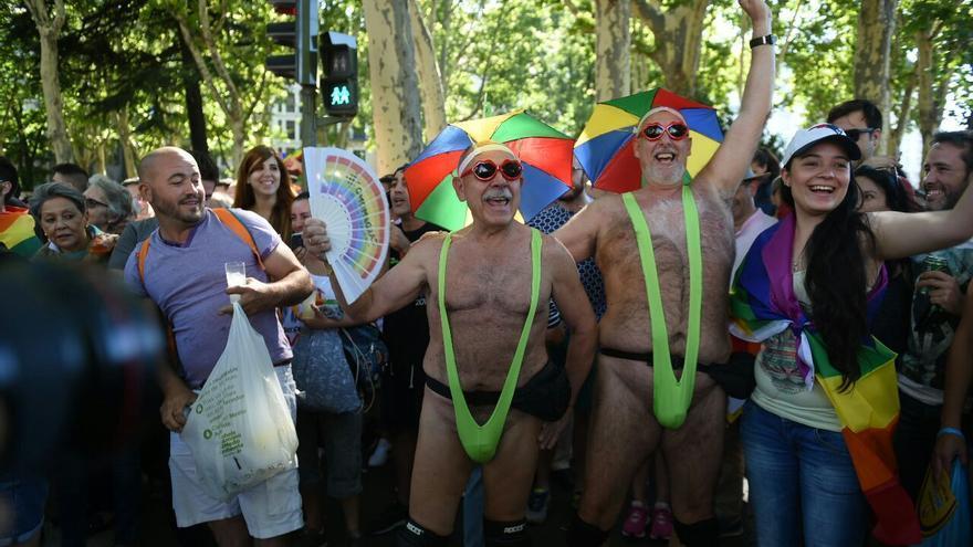 Dos hombres cantan en el desfile del Orgullo