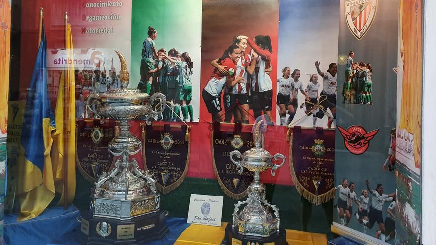 El Trofeo Carranza ya luce en la ciudad gaditana.